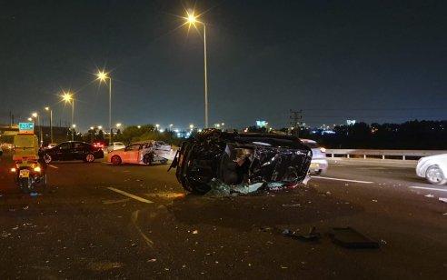 """חמישה פצועים, בהם קשה ובינוני, בתאונה עם מעורבות ארבעה רכבים בכביש 1 סמוך לנתב""""ג"""