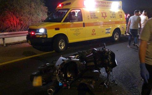 """צעירה בת 18 נפצעה קשה לאחר שאופנוע עם 2 רוכבים החליק בכביש 20 ממחלף קק""""ל לכיוון צפון"""