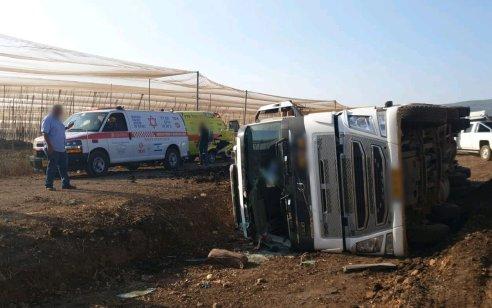 נהג משאית בן 42 נפצע בינוני לאחר שהתהפך בשטח חקלאי סמוך לקיבוץ מצובה