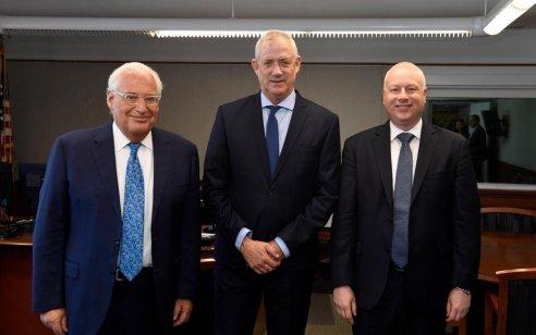 """הסתיימה הפגישה בין ג'ייסון גרינבלט, השגריר דיוויד פרידמן ויו""""ר כחול לבן, בני גנץ"""