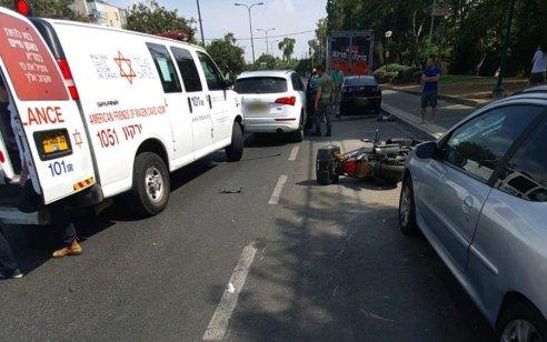 רוכב אופנוע כבן 55 נפצע קשה בתאונה בתל אביב