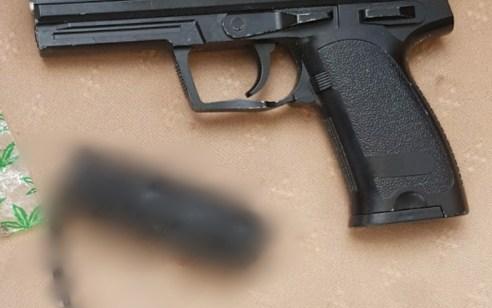 המאבק בהחזקה ושימוש בנשק לא חוקי: מטען חבלה, אקדח איירסופט, וסמים נתפסו בטמרה