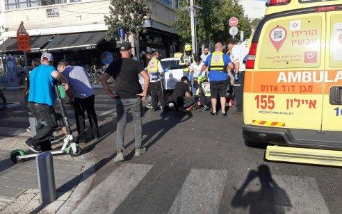 רוכב קורקינט חשמלי כבן 30 נפגע מרכב בתל אביב – מצבו בינוני