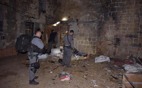 המשטרה הרסה מבנה לא חוקי שהוסב לאורוות סוסים בלב העתיקה בעכו שאף אוחסנו בו תחמושת וסמים – תיעוד
