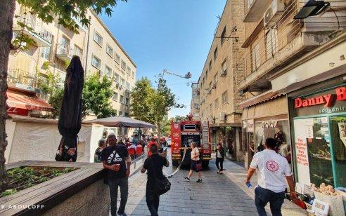 ארבעה נפגעים, בהם אנוש, חולצו מדירה בוערת במדרחוב בירושלים – 2 חשודים נעצרו | תיעוד