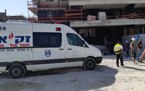 פועל בן 43 נהרג כתוצאה מנפילה מגובה בבית שמש