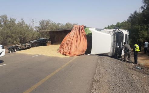 משאית התהפכה בכביש 232 סמוך לצומת גבולות – הנהג בן 26 נפצע בינוני