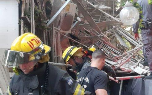 תל אביב: פועל כבן 40 נפצע בינוני כתוצאה מפיגומים שנפלו
