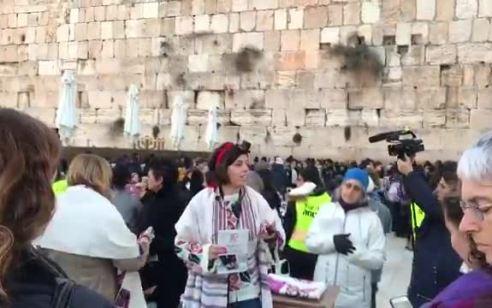 נמנע ניסיון הכנסת ספר תורה של נשות הכותל על ידי תייר תמים