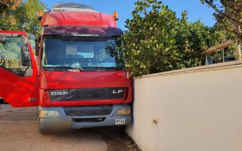 הרוג רביעי תוך שעות: נהג משאית כבן 50 נמחץ למוות בהידרדרות משאיתו בקיר בהרצליה