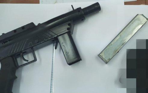 """המשטרה תפסה בביתו של ערבי בן 21 תת מקלע מסוג """"קרלו"""", מחסנית ותחמושת רבה"""