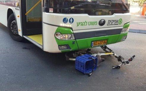 רוכב אופניים חשמליים בן 40 נפצע בינוני בתאונה עם אוטובוס באופקים