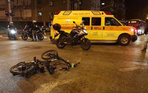 רוכב אופניים חשמליים בן 36 נפגע מרכב בפתח תקווה – מצבו קשה