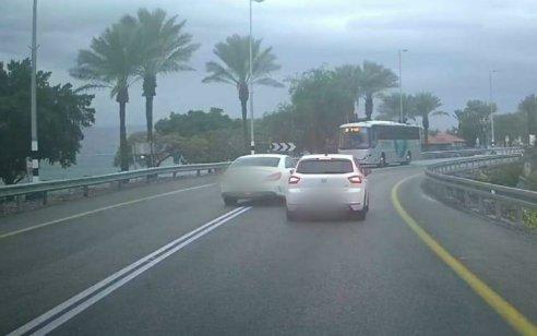 אותר נהג רכב מרצדס בן 22 שתועד עוקף פס הפרדה וכמעט גורם לתאונה חזיתית בכביש 90 – צפו