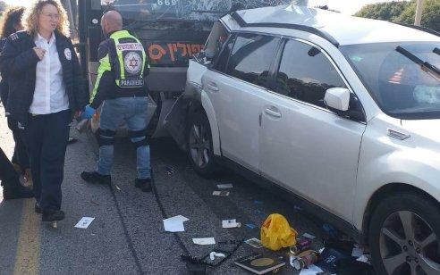 נהג רכב כבן 40 נפצע בינוני בתאונה עם אוטובוס בסמוך למחלף רעננה