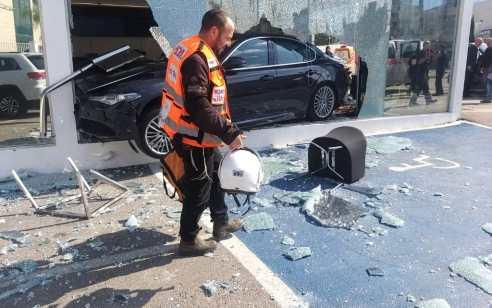 נהג מבוגר התנגש באולם התצוגה של מזארטי ופרארי בפתח תקווה – 2 פצועים קל