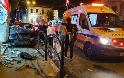 צעיר כבן 20 נפצע בינוני כתוצאה מהתנגשות רכב במבנה