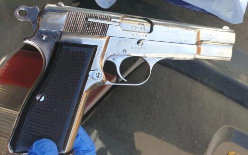 בפשיטה על בית בשכונת צור באהר בירושלים אותר אקדח וכדורים – 2 חשודים בהחזקתם נעצרו