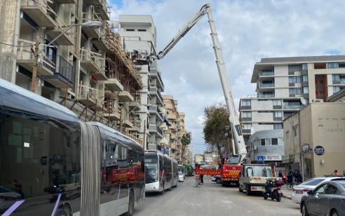 שלושה פועלים נפצעו בינוני וקל לאחר שנפלו מגובה באתר בנייה בתל אביב