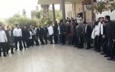 צפו: כך חגגו בטבריה את הדחתו של רון קובי מהעירייה