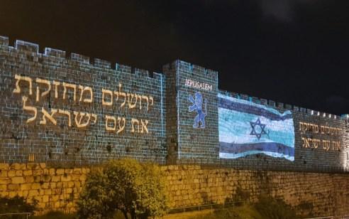 """""""ירושלים מחזקת את ישראל"""": חומות העיר העתיקה בירושלים הוארו בדגל ישראל כאות לחוסנה האדיר של החברה הישראלית"""