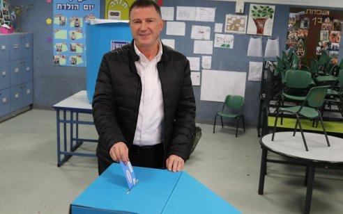 """יו""""ר הכנסת יולי אדלשטיין הצביע בקלפי בהרצליה: """"לא מוותרים על אף קול, כל אחד קובע!"""""""