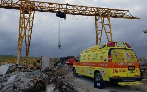 פועל בן 35 נהרג לאחר שנפל ממנוף במפעל לחומרי בנייה במישור אדומים