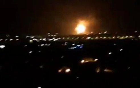 סוריה: חיל האוויר תקף מטרות בחומס וקוניטרה – המרחב האווירי ברמת הגולן נסגר לטיסות אזרחיות