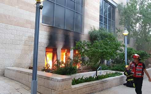 שריפה פרצה בבניין העירייה בירושלים: ערבי נעצר בחשד להשלכת בקבוק תבערה – אין נפגעים