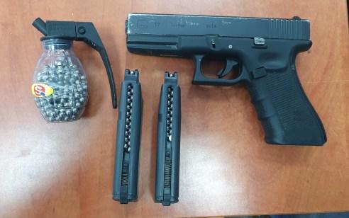 """המשטרה עצרה לחקירה תושב רמת גן בן 46 כשבביתו אותר אקדח """"אייר סופט"""" ומחסניות עם כדורי ברזל"""