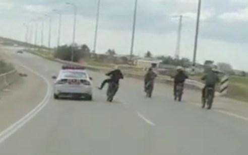 צפו: 11 תושבי הפזורה הבדואית בנגב נעצרו לאחר שתיעדו עצמם נוהגים בבריונות ומפריעים לשוטרים