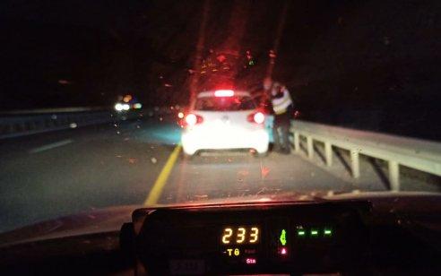 """נהג בן 26 נתפס במהירות 233 קמ""""ש על כביש 85"""