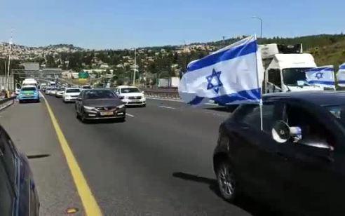 """שיירת מכוניות נגד התנהלות בג""""ץ: """"מקימים לנגד עיננו את איראן החדשה"""""""