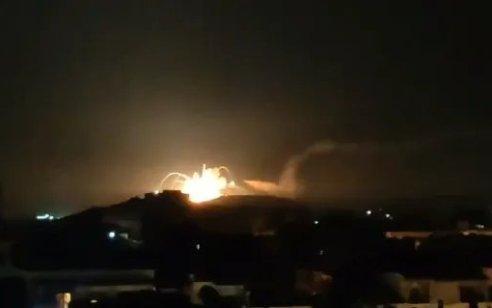 דיווח בסוריה: ישראל תקפה מחסן תחמושת וטילים של חיזבאללה בבסיס ליד חומס