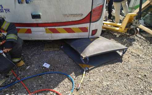 פועל בן 37 נפצע קשה במהלך תיקון אוטובוס בקרית גת