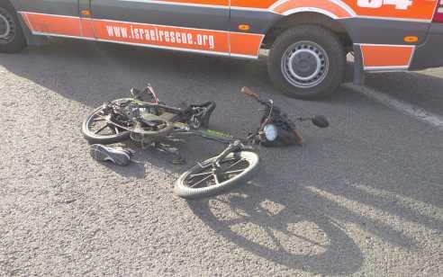 רוכב אופניים חשמליים בן 39 נפגע מרכב בצומת סביון – מצבו קשה