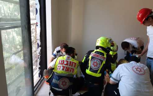 פועל כבן 50 נפל מגובה באתר בנייה בתל אביב – מצבו בינוני