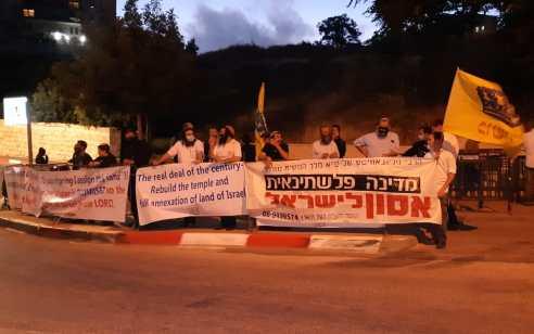 """עשרות פעילי ימין הפגינו מול השגרירות האמריקנית: """"לא לתכנית המאה"""""""