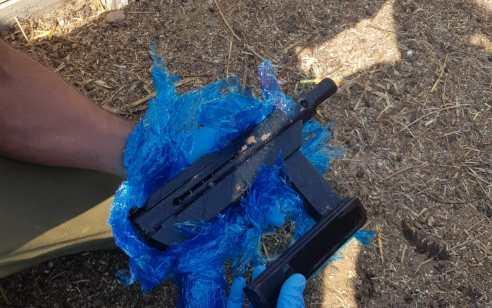"""אב ובנו נעצרו לאחר שביצעו ירי לעבר רכב ואח""""כ הסליקו את הנשק בבית העסק"""