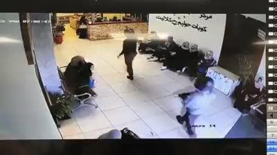 תיעוד: שני חמושים פושטים על סניף קופת חולים 'כללית' בשועפאט ופותחים בירי לעבר הקופה