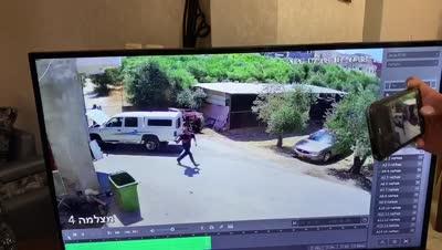 תיעוד: חמושים יורים לעבר גבר בחצר ביתו בכפר נחף – ונמלטים