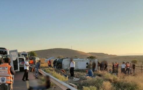אוטובוס התהפך על צדו סמוך למחולה – 19 נפגעים קל ופצוע בינוני