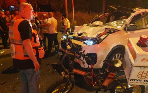שני צעירים כבני 25-30 נפצעו בינוני ובינוני עד קשה בתאונה עם משאית בהוד השרון