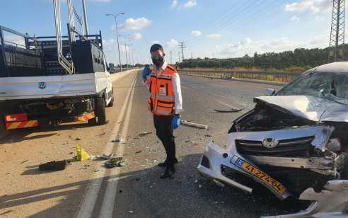 בן 35 נפצע בינוני בתאונה עם משאית בכביש 444