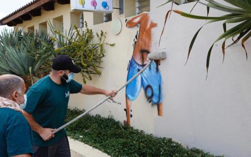 עיריית תל אביב-יפו מחקה הבוקר את ציור הקיר בו נראים נערים מציצים למלתחות