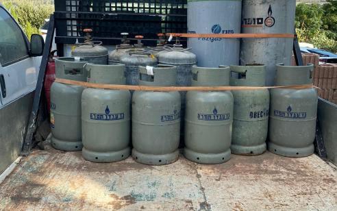 המשטרה תפסה הבוקר בחצר ביתו של תושב העיר שלומי 13 בלוני גז שאוחסנו בניגוד לחוק באופן פיראטי
