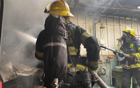 שריפה פרצה במפעל המכיל חומרים מסוכנים באזור התעשייה סגולה – 17 צוותי כיבוי במקום