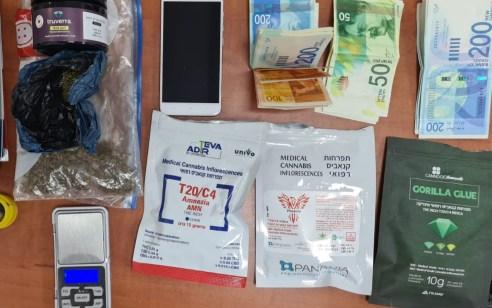 """נעצר חשוד בסחר בסמים ביישוב בבאר טוביה: בחיפוש בביתו נתפס 3.2 ק""""ג קנאביס ו-50.000 ש""""ח במזומן"""