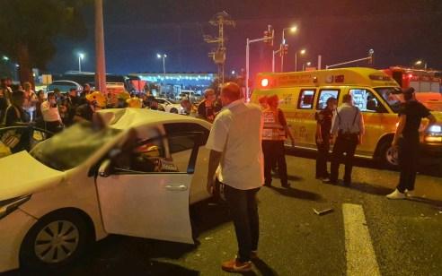 שני צעירים כבני 25 נפצעו קשה ובינוני בתאונת בין משאית ורכב סמוך לכניסה לדימונה