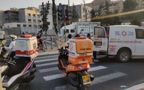 הולכת רגל בת 20 נפגעה מרכב הסעות בשדרות גולדה מאיר בירושלים – מצבה בינוני
